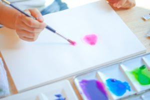 写真家松岡伸一が水彩画家青木美和さんのアトリエに出張して作画の様子を撮影した写真