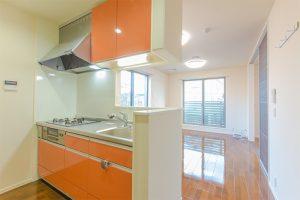 マンションのキッチンと居室の写真