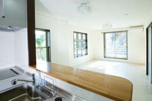 キッチンとリビングルームの写真