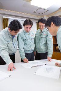 会社のスタッフミーティングの写真