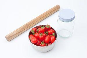 東京のキッチンスタジオで撮影したトマトと食器の写真
