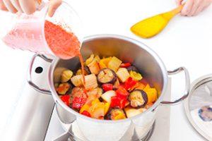 東京のキッチンスタジオで撮影したトマト鍋の料理写真