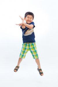男の子がジャンプしている写真