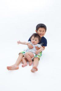 赤ちゃんと男の子の写真