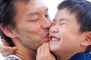 たまプラーザ駅前の写真館で撮影されたパパと息子の写真