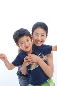 家族写真館で撮影されたママと息子が遊んでいる写真