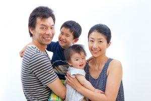 写真館で撮影された家族写真