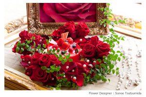 松岡伸一が撮影した赤いバラとケーキで作ったフラワーアレンジメントの写真