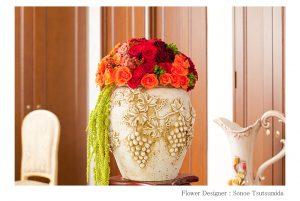松岡伸一が撮影した赤い薔薇とアンティークの壺で作ったフラワーアレンジメントの写真