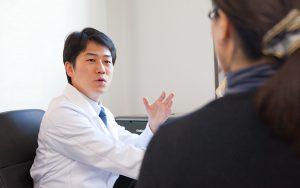 プロカメラマンが撮影した横浜の鍼灸院の医師が患者を診断する写真