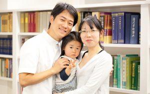 出張カメラマンが横浜にある鍼灸院で撮影した家族写真