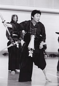 子供たちに剣道を教える松岡伸一の写真