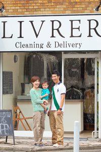 ご家族と店舗外観の写真