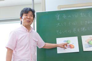 横浜の出張カメラマンが撮影した水彩画教室で教える福井良佑先生の写真