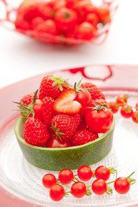 松岡伸一が撮影したイチゴと食器ののテーブルフォト