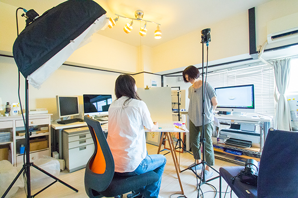 横浜市の写真スタジオでハンドメイド作品の物撮りをしている模様