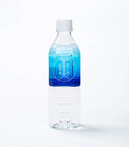 ペットボトルに入った水の商品写真