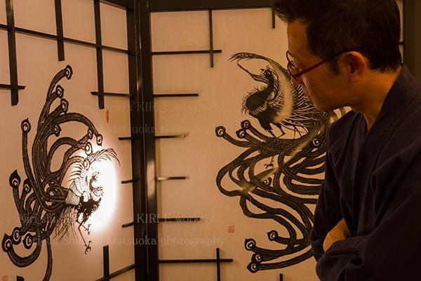 切り絵作家長屋明さんとその作品の写真