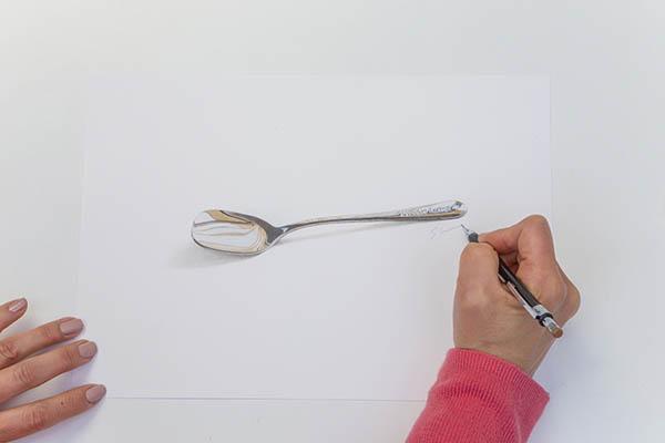 色鉛筆で描かれた一本のスプーン